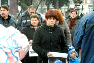 Mai mulți părinți din Bistrița protestează împotriva unui profesor condamnat penal