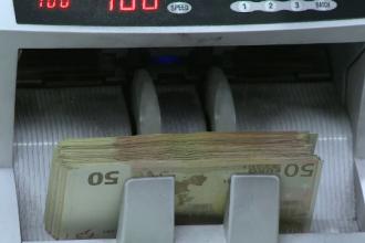 Băncile au ajuns să ceară până la 4,9 lei pe un euro. Ce spun analiștii