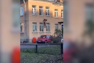 Un suspect a fugit pe geamul secției de poliție, cu tot cu caloriferul de care era legat. VIDEO
