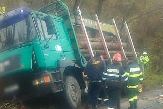 O femeie a murit după ce un camion cu lemne s-a prăbușit peste ea, în Dâmbovița