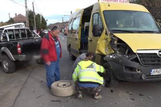 Microbuz plin cu elevi din Arad, implicat într-un accident. Care este starea copiilor