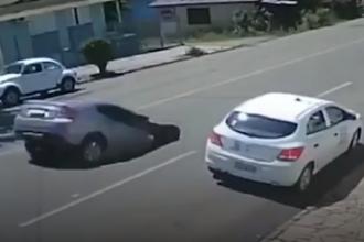 Momentul șocant în care un șofer cade cu mașina într-o gaură din șosea. VIDEO