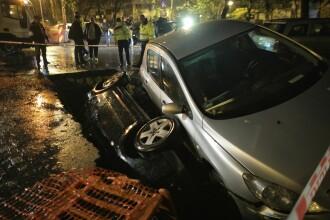 Imagini șocante în București: două maşini au căzut într-o groapă, pe Aleea Compozitorilor