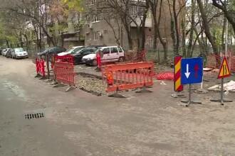 Groapa în care au căzut două mașini nu este nici acum semnalizată corect. Neregulile găsite