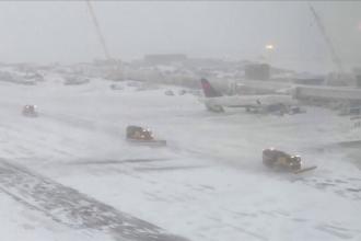 Iarna a lovit cu asprime regiuni întinse din SUA. Sute de zboruri au fost anulate