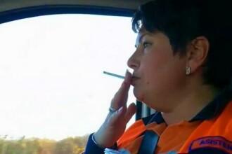 Asistentă medicală filmată în timp ce fumează în cabina ambulanței, în timpul unei intervenții