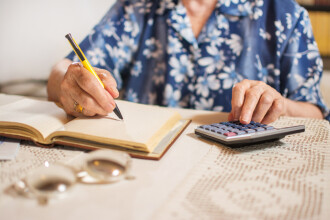 Pensiile nu vor mai putea fi cumulate cu salariile. Proiect de lege al ministrului Muncii