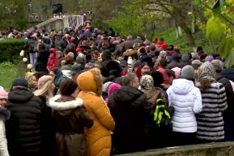 Mii de români au mers în pelerinaj la peștera Sf. Andrei. Spațiul a devenit neîncăpător