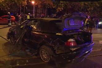 Accident violent în București. O mașină s-a izbit de un gard metalic