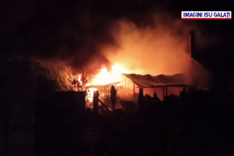 Casă mistuită de flăcări, la Tecuci. Incendiul a pornit de la jarul căzut dintr-o centrală termică