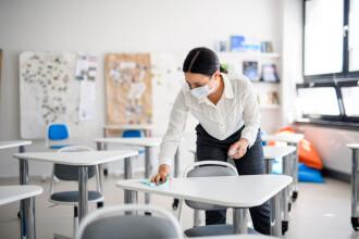 """Ministerul Educației vrea ca profesorii să fie vaccinați """"prioritar"""" cu serul de la AstraZeneca"""