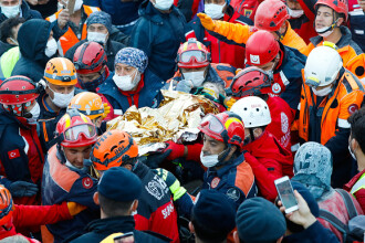 O fetiţă de trei ani a fost salvată la 65 de ore după seismul din Turcia. GALERIE FOTO