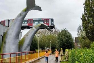 FOTO. Un metrou a ramas suspendat pe o coada de balenă dupa ce a deraiat. Imaginile au facut inconjurul planetei