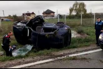 Accident în Dâmbovița. Un autoturism a lovit o mașină de gunoi, apoi s-a rostogolit pe șosea