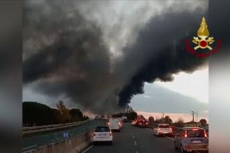O cisternă a luat foc pe o autostradă din Italia. Cum a reușit să se salveze șoferul în ultima clipă