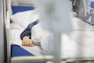 Criză de paturi la ATI. Pacienții cu forme grave de Covid-19 ar putea fi transferați în străinătate