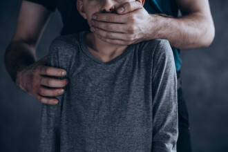 Doi indivizi din București, reținuți de polițiști pentru că ar fi agresat sexual copii