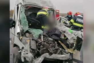 Impact violent pe A1: șofer rămas încarcerat după ce a intrat cu autoutilitara într-un camion
