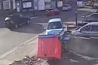 VIDEO. Un șofer a făcut accident de 6 ori într-un minut. A lovit 3 mașini și a doborât ziduri