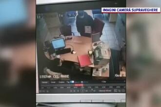 """""""Ai 10 secunde să scoți toți banii"""". Bilețelul cu care hoțul a reușit să plece cu banii din bancă"""