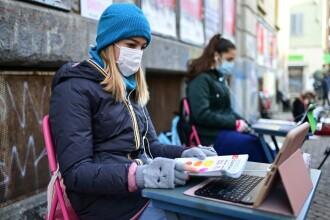 O adolescentă din Italia protestează zilnic în faţa şcolii pentru a cere redeschiderea