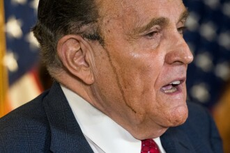 A transpirat și i-a curs pe față vopseaua din păr. Moment stânjenitor pentru avocatul lui Trump