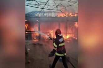 Incendiu uriaș la o casă din Mehedinți. Focul a pornit în urma exploziei unei butelii