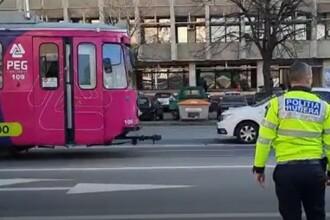 Un tramvai a intrat în 5 maşini oprite la semafor, în Iași. Accidentul, surprins de camere