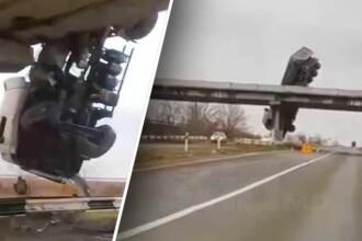 VIDEO. Un camion a derapat de pe un pod și a rămas atârnat deasupra șoselei