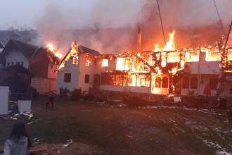 VIDEO. Incendiu violent izbucnit la Moieciu. Trei imobile au fost cuprinse de flăcări