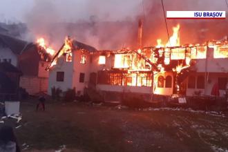 VIDEO. Incendiu devastator la Moieciu de Sus. Trei pensiuni s-au făcut scrum