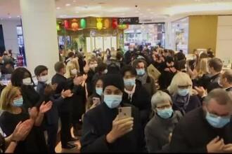 Unele țări europene au ridicat din restricții. În Paris oamenii au fost așteptați cu aplauze în mall