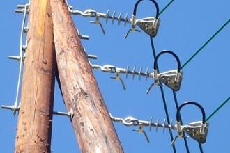 Un copil a cazut de la 8 m inaltime dupa ce s-a electrocutat pe un stalp