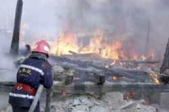 Ploiesti: un incendiu violent a lasat pe drumuri o familie cu opt copii