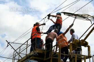 Se zbate intre viata si moarte, pentru ca a vrut sa taie un cablu electric!