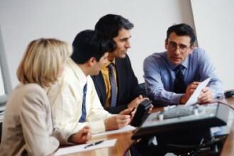 Angajatii la privat fac ore suplimentare neplatite pentru a-si pastra jobul