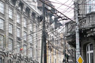Stalpii din Capitala gem sub greutatea cablurilor. Nimeni nu plateste taxa