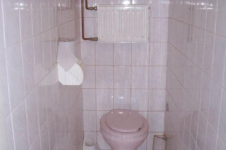 Surpriza uriasa pe care a avut-o cand a vrut sa desfunde toaleta firmei unde lucra. Ce a iesit din WC. FOTO