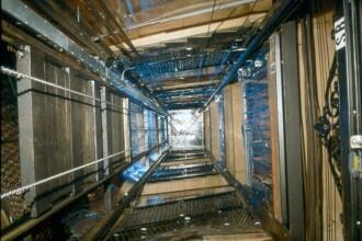 28 de americani au ramas blocati in lift de la metrou