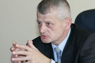 Sorin Oprescu le cere bucurestenilor sa dea cu matura in fata blocului