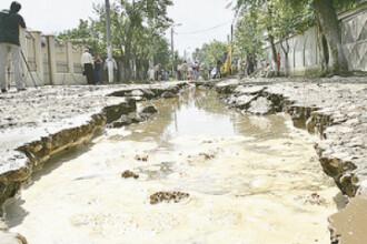 Numai in Romania se poate: asfaltare pe timp de ploaie