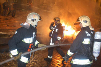 Batrana de 70 de ani, la un pas sa incendieze un bloc intreg!