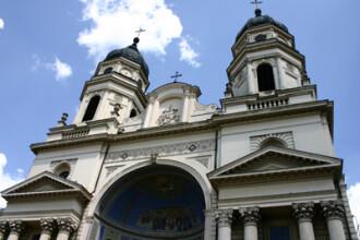 S-a suit pe Catedrala Mitropolitana din Iasi si a amenintat ca se arunca!