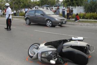 O motocicleta a intrat intr-un scuter. Trei raniti si un dosar penal