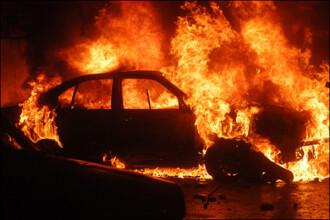 Masina incendiata, faptasi filmati dar neprinsi de politisti!