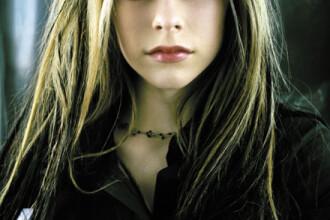 Avril Lavigne si-a tatuat un ac de siguranta pe gat. FOTO