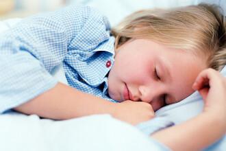 Copiii cu miopie ar putea fi vindecati cu lentile de contact purtate noapte