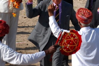 Printul Charles, cu vopsea in frunte si dansand ca la Bollywood. FOTO