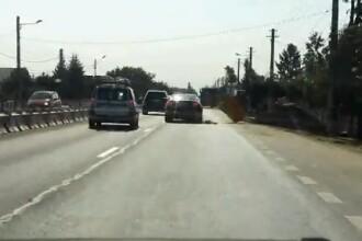 VIDEO. O soferita cu Audi spulbera un panou rutier