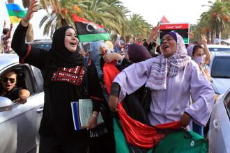 Mii de persoane sarbatoresc pe strazile din Tripoli moartea Colonelului Ghaddafi